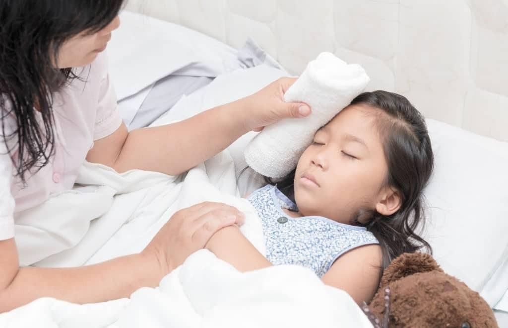 Chườm lạnh có thể khiến trẻ dễ nhiễm lạnh và viêm phổi, làm bệnh trầm trọng thêm