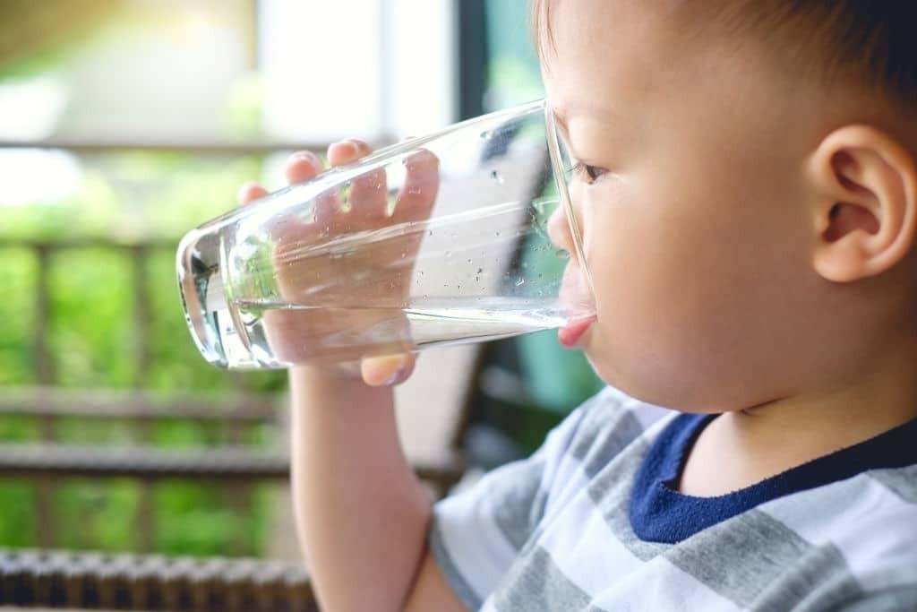 Việc bù nước và điện giải là rất quan trọng cho trẻ bị sốt