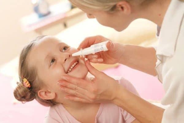 Cách dùng nước muối sinh lý nhỏ mũi cho trẻ