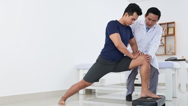 Tập vật lý trị liệu giúp cải thiện tình trạng thoái hóa khớp.