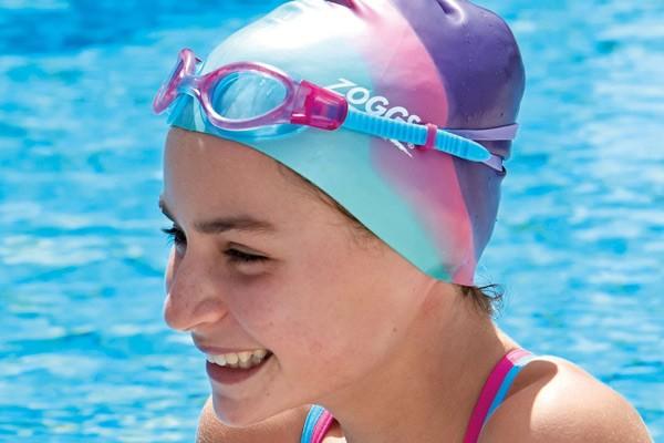 Đội nón khi bơi cũng là một bí quyết chăm sóc tóc