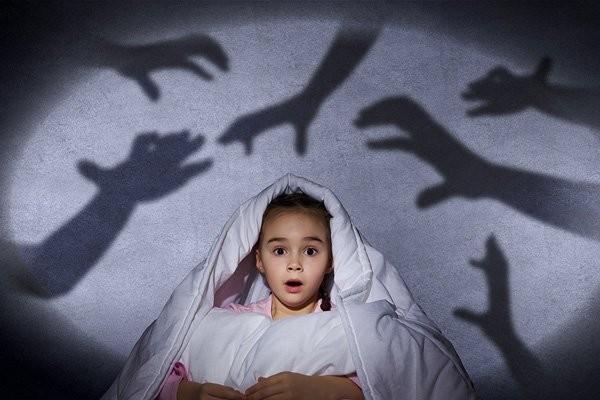Trẻ mắc rối loạn lo âu chia ly hay có suy nghĩ lo lắng