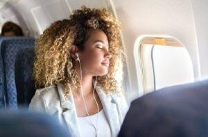 Sử dụng tai nghe để ngăn tiếng ồn và cố gắng thư giãn trên máy bay giúp giảm thiểu jet lag