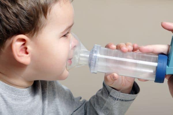 Thuốc giãn phế quản có thể kết hợp với bình xịt định liều để trẻ sử dụng
