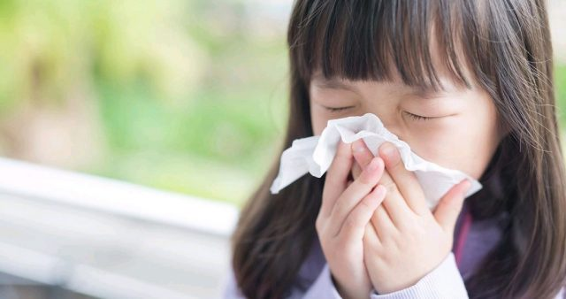 Triệu chứng nghẹt mũi, chảy mũi trong cảm lạnh.