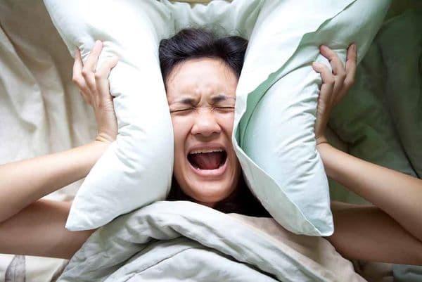 Khi gặp phải giấc ngủ kinh hoàng, người bệnh thường có biểu hiện sợ hãi và cố gắng trốn thoát