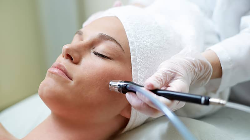 Thực hiện laser có thể gây ra tổn thương mắt, tổn thương da do hóa học hoặc do điện