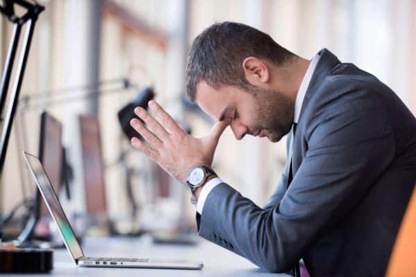 Người mắc rối loạn lo âu ngoài lo lắng ra còn thường xuyên có dấu hiệu của người quá cầu toàn