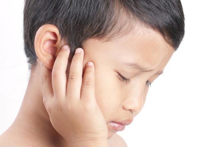 Đau là triệu chứng thường gặp nhất mà dị vật tai gây ra (Nguồn: Kids Clinic)