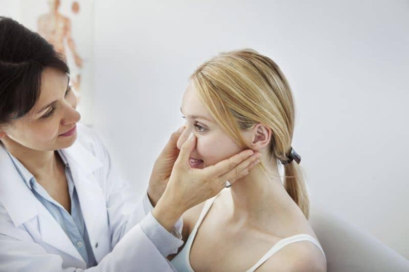 Vẹo vách ngăn mũi xảy ra khi vách ngăn mũi bị vẹo hay lệch qua một bên