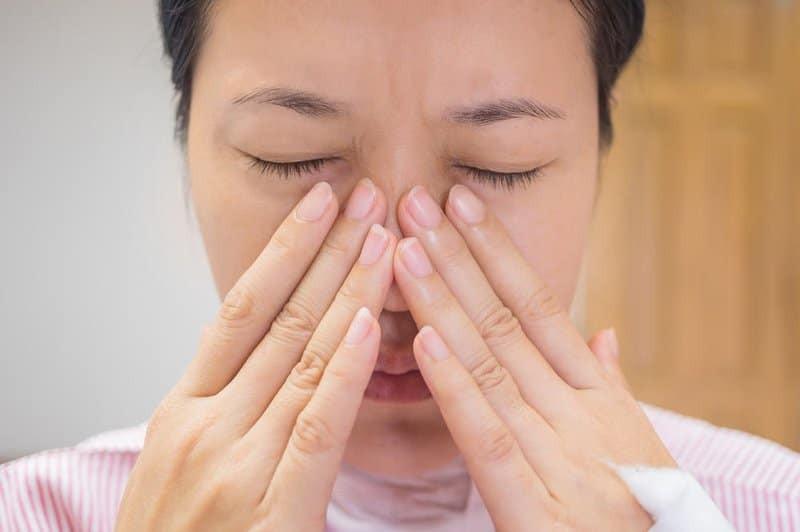 Vẹo vách ngăn mũi có thể làm tắc nghẽn (nghẹt) một bên mũi và gây khó khăn cho việc thở bằng mũi