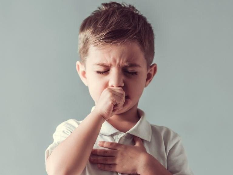 Bé trai đang đau họng, biểu cảm khó chịu