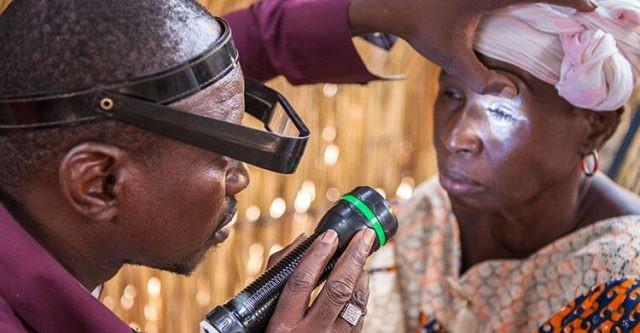 Kiểm tra mắt để kịp thời phát hiện bệnh đau mắt hột.