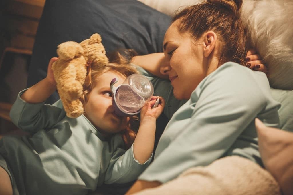 Bạn đừng nên cho trẻ uống nhiều nước trong vòng 2 giờ trước khi ngủ