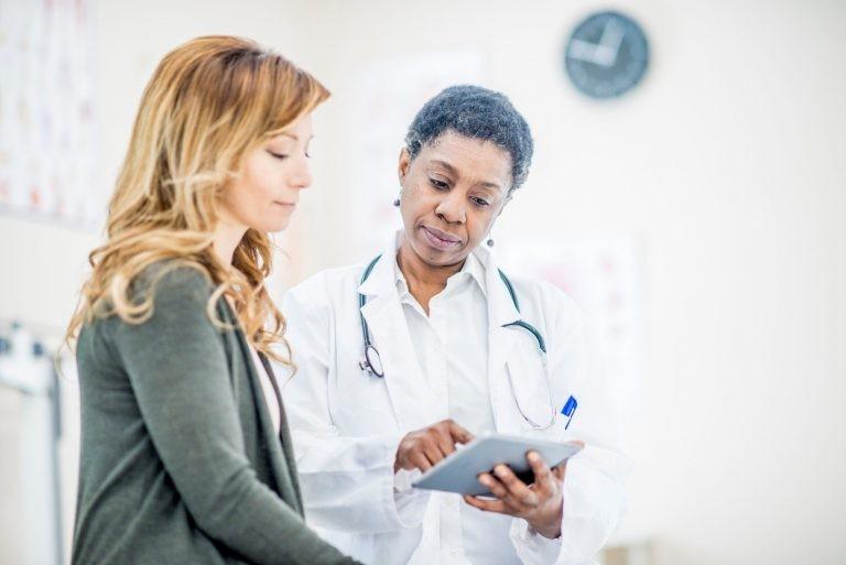 Bác sĩ để được tư vấn cách chăm sóc và theo dõi tình trạng nhiễm trùng vú.