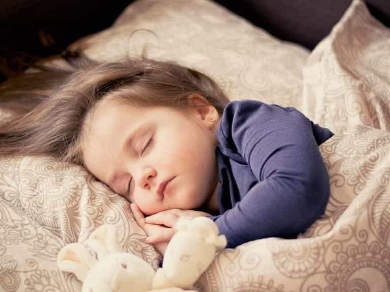 Trẻ ngủ quá sâu, không biết tín hiệu cần phải đi tiểu