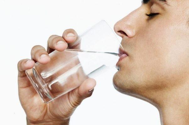 Bạn nên uống ít nhất 2 lít nước mỗi ngày