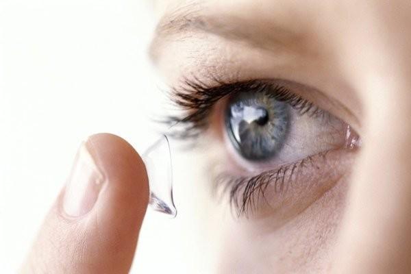 Sử dụng kính áp tròng không đúng cách có thể gây viêm giác mạc