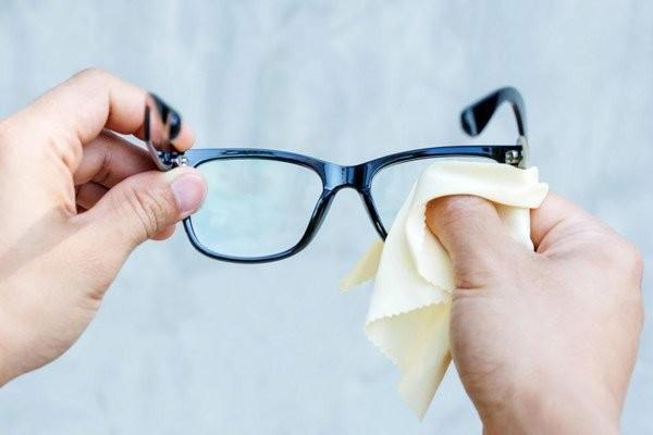 Bạn nên vệ sinh kính thường xuyên