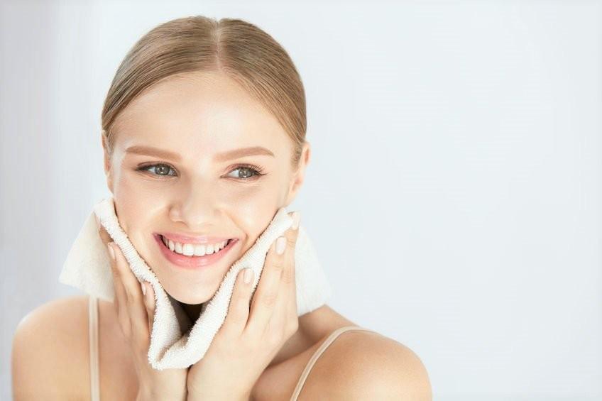 Thường xuyên rửa mặt sạch sẽ giúp ngăn ngừa các vi khuẩn gây mụn