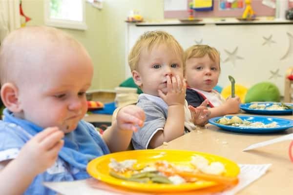 Cho trẻ chơi với thức ăn trong bữa ăn