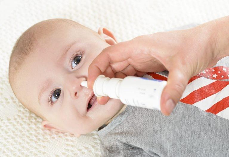 Trước khi rửa mũi, nên chuẩn bị cho trẻ như thế nào?