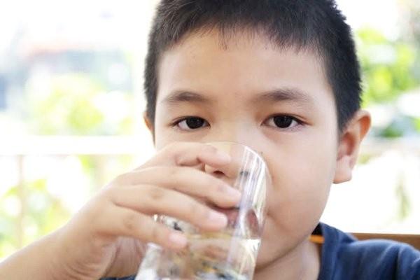 Hãy cho trẻ uống nhiều nước