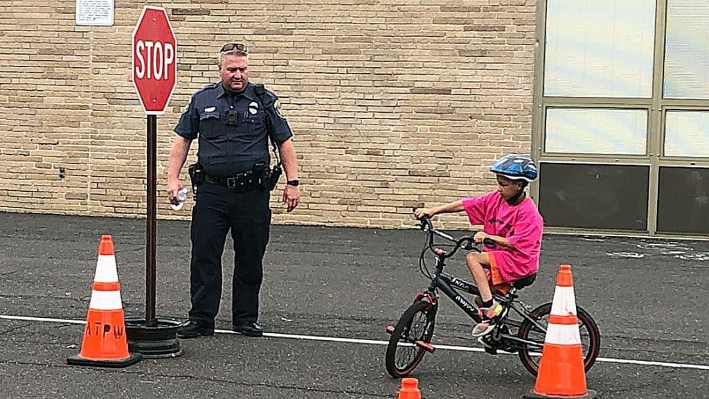 Dạy trẻ đi xe đạp và nắm rõ luật đi đường