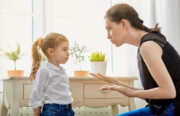 Chia sẻ với trẻ về những vấn đề trẻ đang gặp phải.