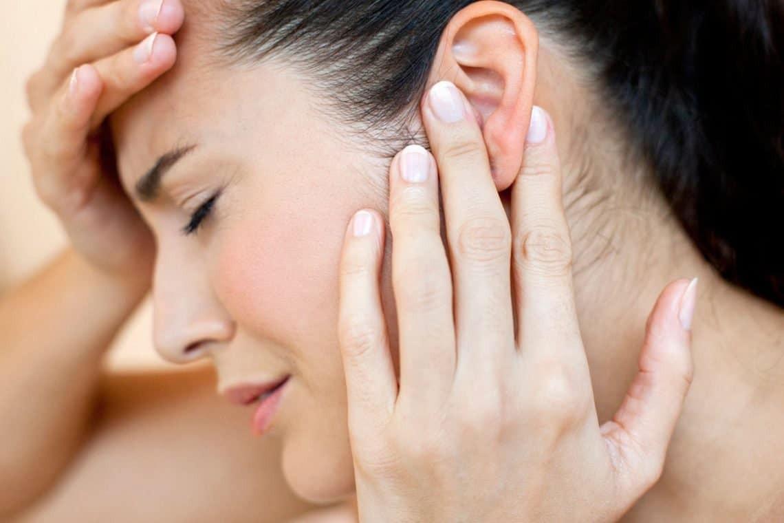 Nghe kém và ù tai là 2 triệu chứng chính của bệnh
