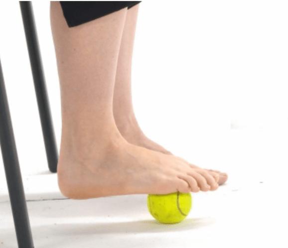 Hình ảnh minh họa bài tập lăn bóngcho người bàn chân bẹt