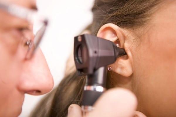 Bác sĩ kiểm tra tai để tìm nguyên nhân có thể gây nghe kém