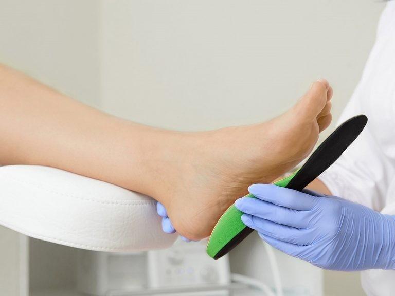 Nên mang giày dép có miếng đệm hỗ trợ gan bàn chân