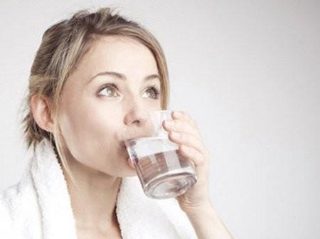Cồn trong dung dịch súc họng được sử dụng như là một dung môi