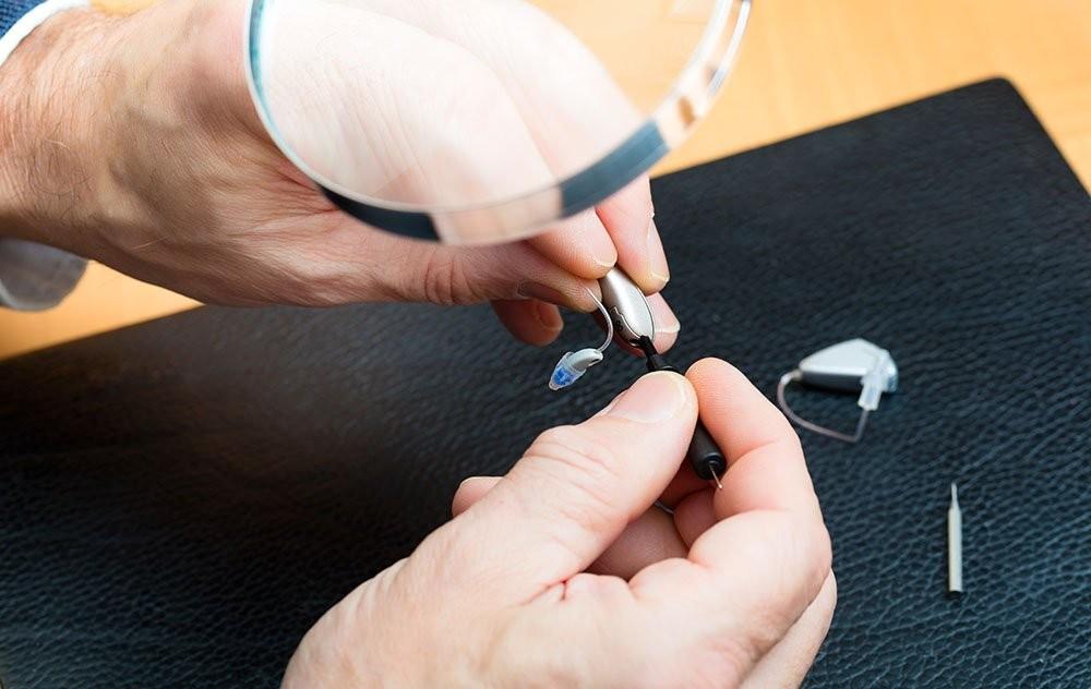 Bảo dưỡng và chăm sóc hợp lý sẽ giúp tăng tuổi thọ của máy trợ thính