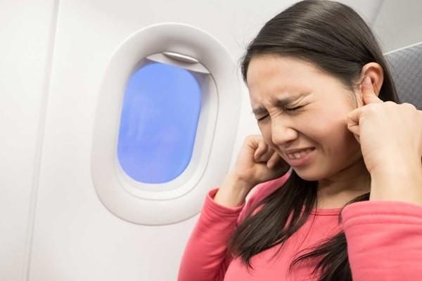 Đi máy bay có thể gây chảy máu tai vì thay đổi áp suất