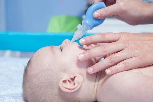 Hình 5: Dụng cụ bơm hút rửa mũi cho trẻ