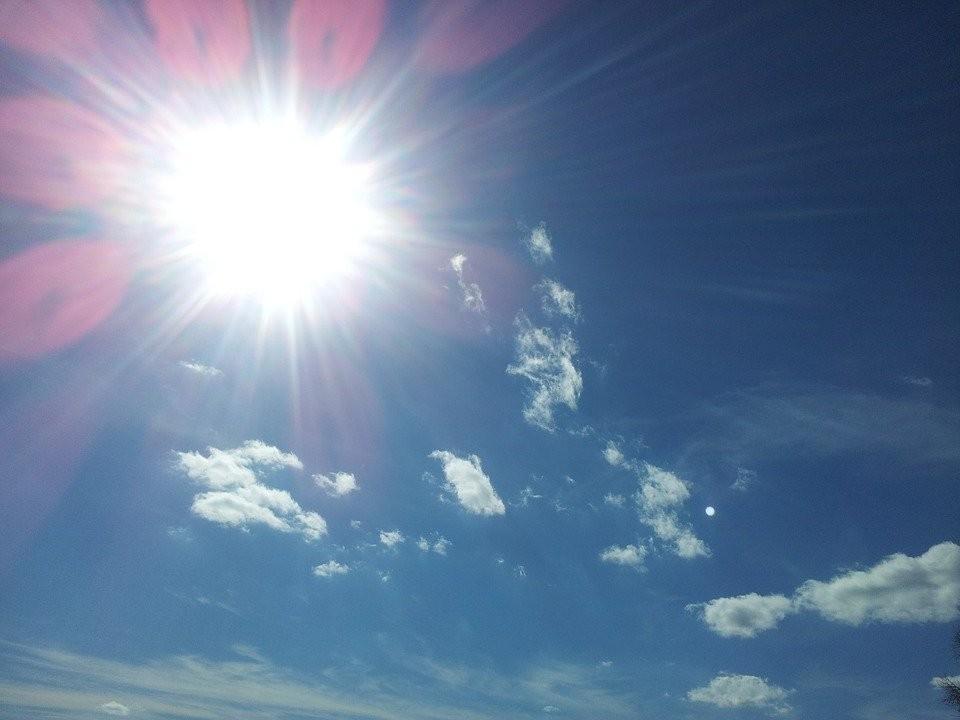 Hạn chế tiếp xúc với ánh nắng mặt trời vào buổi trưa và chiều