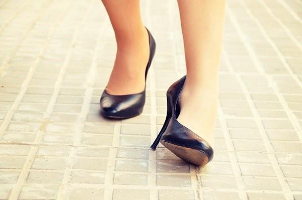 Bước hụt chân, té ngã khiến cổ chân xoắn vặn có thể gây gãy xương mắt cá chân