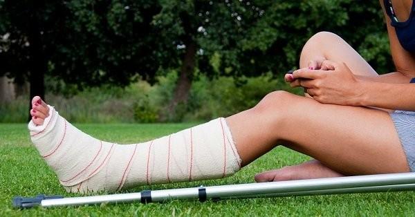 Sau khi bó bột, bạn có thể cần nạng để di chuyển dễ dàng hơn, tránh tạo nhiều áp lực lên cổ chân.