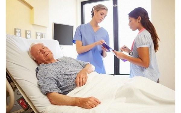 Người già, bệnh mạn tính nằm lâu một chỗ dễ bị loét tì đè