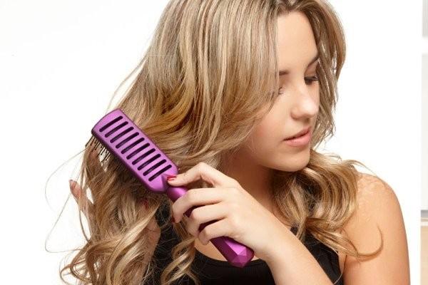 Không chải tóc thường xuyênlà nguyên nhân gây ra gàu