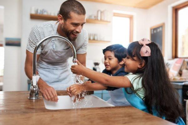 rửa tay thường xuyên giúp hạn chế vi khuẩn gây viêm màng não