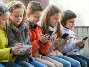 Thế giới ảo trong điện thoại thông minh cản trở trẻ em hòa nhập xã hội