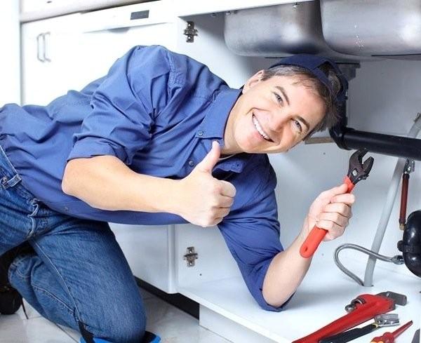 thợ sưa ống nước có nguy cơ cao bị viêm hoạt dịch đầu gối