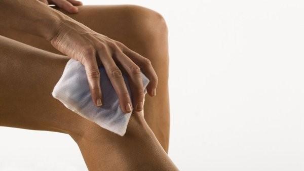 viêm hoạt dịch đầu gối: chườm đá giúp giảm đau