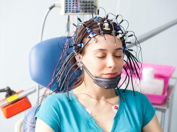 Hình ảnh bệnh nhân với máy đo điện não đồ