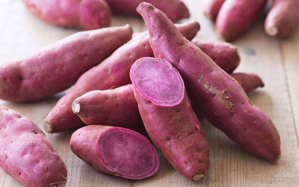 Một củ khoai lang cung cấp một lượng lớn vitamin A cần thiết trong ngày