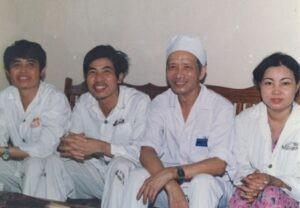 Bác sĩ Lê Thế Trung (thứ 3 từ trái sang) và các bệnh nhân được ghép thận đầu tiên