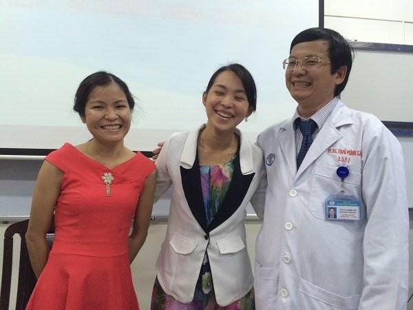 Hai cô gái khỏe mạnh hội ngộ các bác sĩ một tháng sau ghép thận chéo
